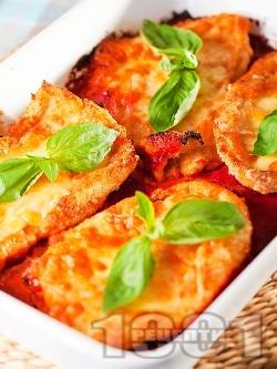 Вкусни пилешки пържоли от гърди (филе) панирани в яйца и галета печени на фурна с доматен сос и сиренца (моцарела, пармезан) - снимка на рецептата